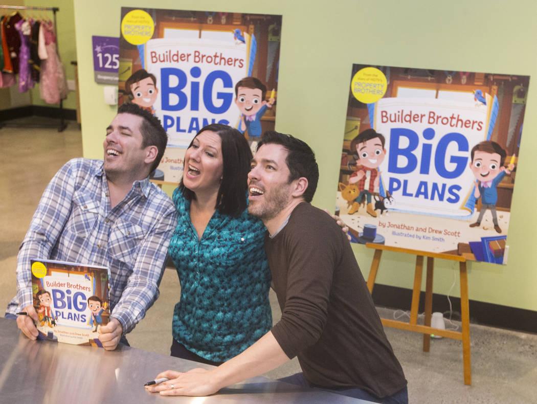 """Jonathan, a la izquierda, y Drew Scott de """"Property Brothers"""" bromean con Michelle Krance durante una firma de libros en el Discovery Children's Museum el lunes 8 de octubre de 2018, en Las Vegas. ..."""
