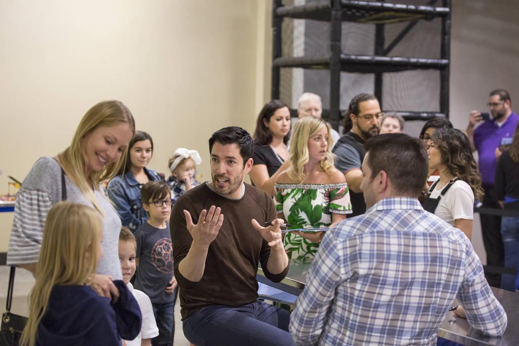"""Drew Scott, en medio, de """"Property Brothers"""", habla con los fanáticos durante la firma de un libro en el Discovery Children's Museum el lunes 8 de octubre de 2018, en Las Vegas. Benjamin Hager La ..."""