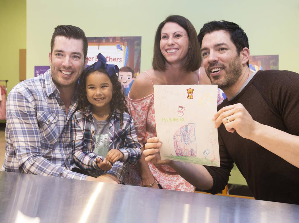 """Jonathan, a la izquierda, y Drew Scott, de """"Property Brothers"""", se toman una foto con Tara Kona y su hija Mikaela, de 5 años, durante una firma de libros en el Discovery Children's Museum el 8 de ..."""