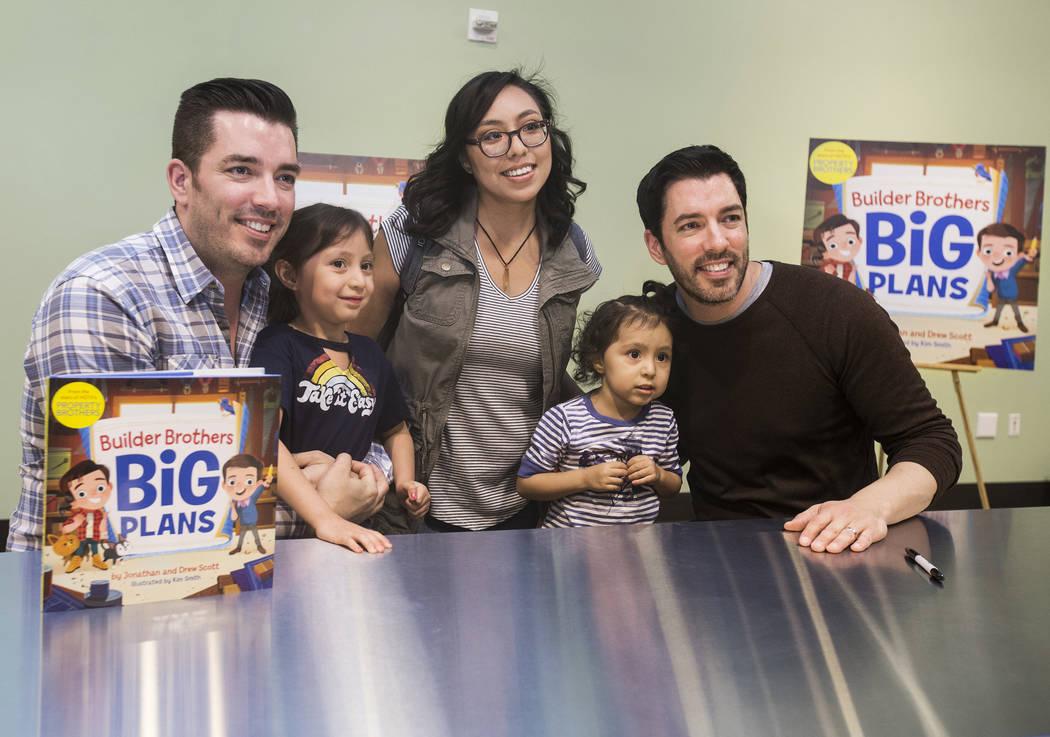"""Jonathan, a la izquierda, y Drew Scott, de """"Property Brothers"""", se toman una foto con Raquel López, del medio, y sus hijas, Mila, a la izquierda, y Jazlyn, durante una firma de libros en el Disco ..."""
