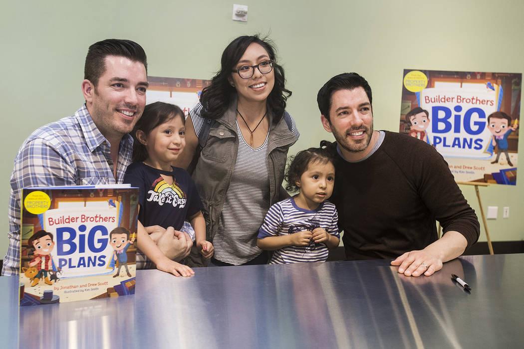 """Jonathan, a la izquierda, y Drew Scott, de """"Property Brothers"""", se toman una foto con Raquel López, en medio, y sus hijas, Mila, a la izquierda, y Jazlyn, durante una firma de libros en el Discov ..."""
