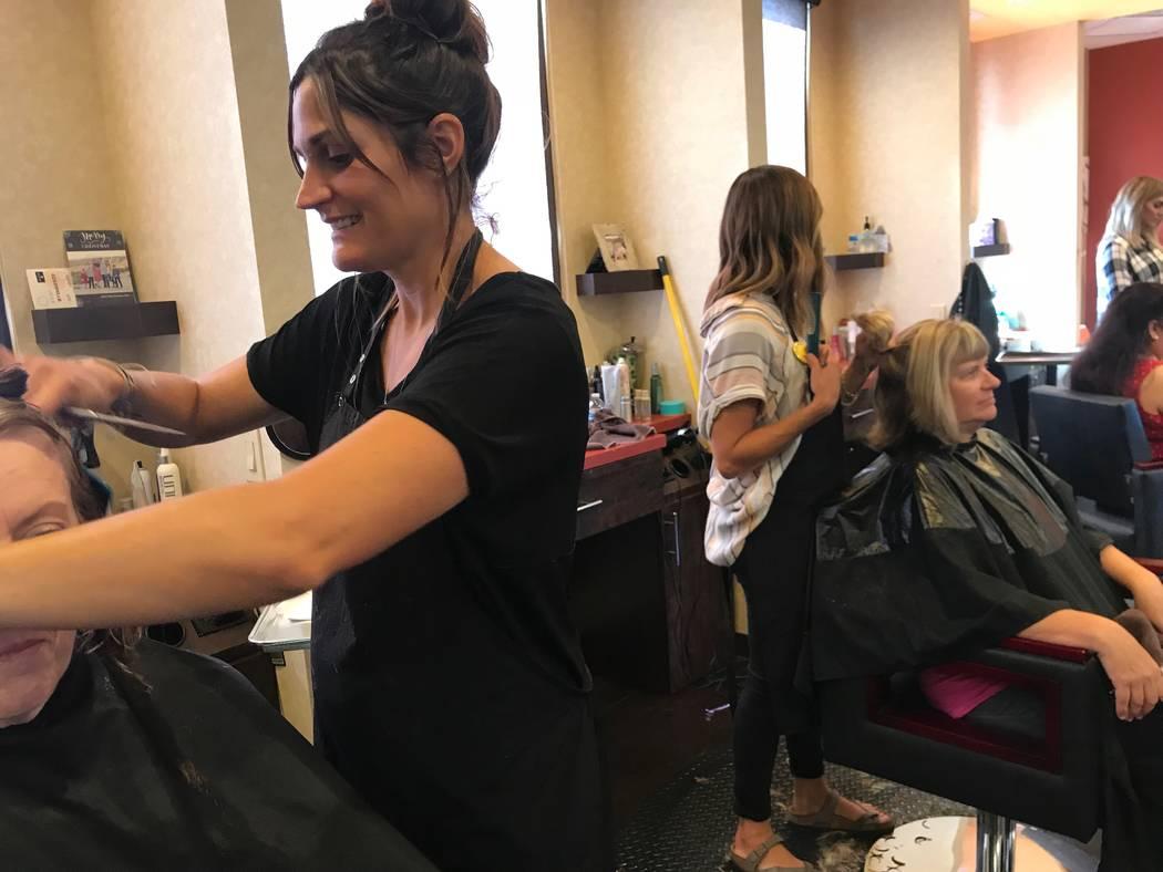 Mindy Hughes, de 36 años, se cortó el cabello en The View Salon en Mesquite el 5 de octubre de 2018. Hughes, con 14 semanas de embarazo y su sexto hijo, tenía previsto dar a luz en un hospital ...