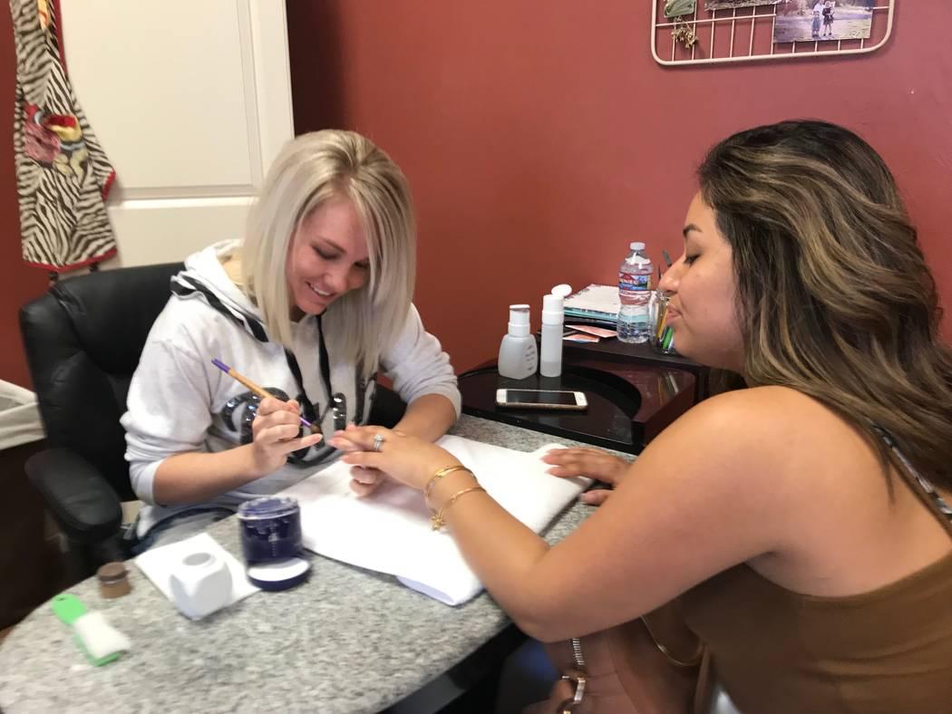 El 5 de octubre de 2018, Shae Stricker, de 27 años, hace las uñas de sus clientes en el salón Valley Curls en Mesquite. Stricker, con 16 semanas de embarazo de su tercer hijo, planeaba dar a lu ...
