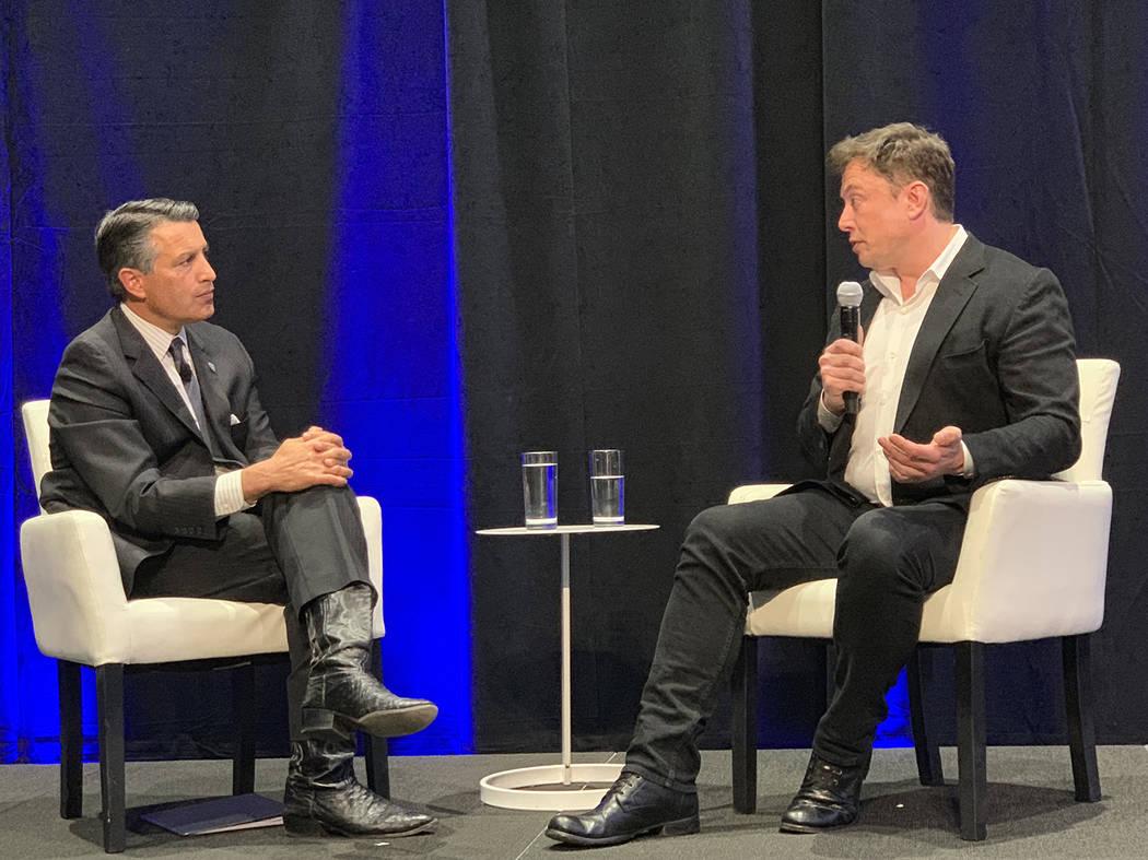 El gobernador Brian Sandoval realizó una sesión de preguntas y respuestas con el fundador de Tesla, Elon Musk, en la instalación de baterías Gigafactory de la compañía en Sparks el martes 9 ...