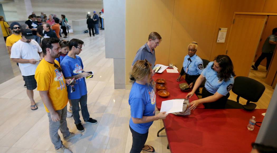 Las personas se someten a un control de seguridad antes de una reunión de la Comisión de Planificación de Las Vegas para discutir una propuesta para dejar de otorgar licencias de alquileres a c ...