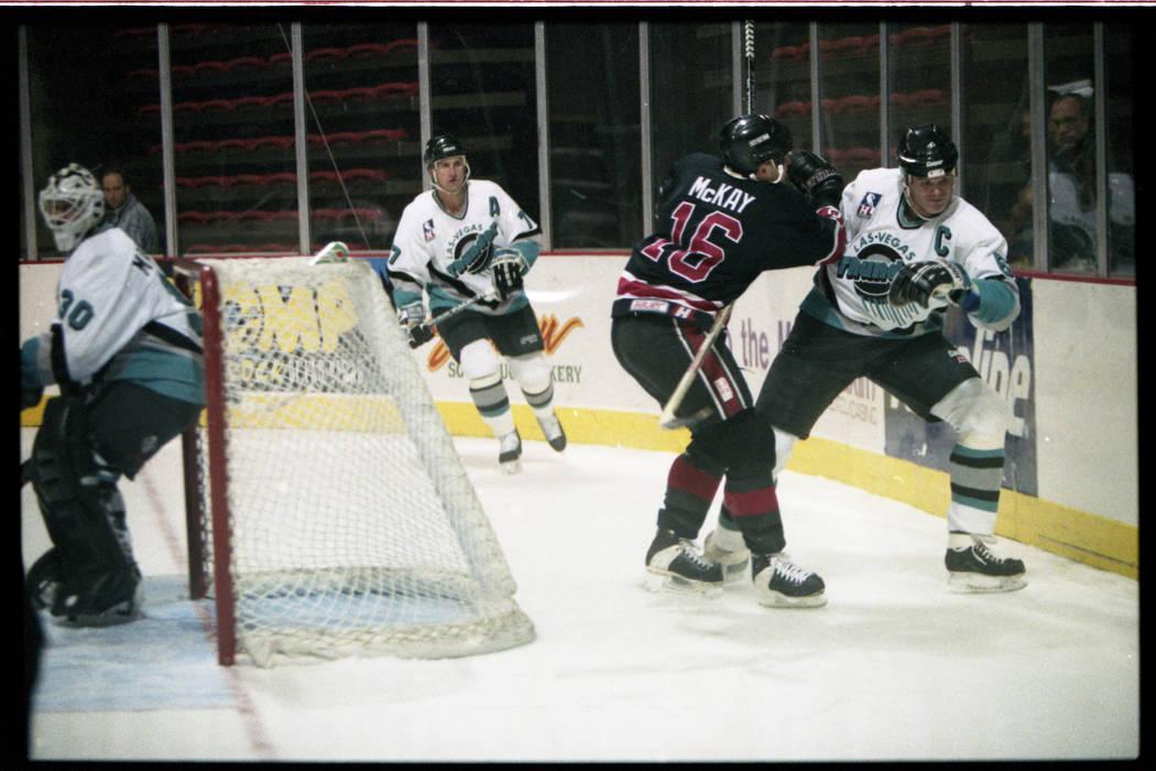 Jim Kyte, a la derecha, de Las Vegas Thunder Skates detrás de la red contra los Gulls de San Diego en un partido de la Liga Internacional de Hockey.
