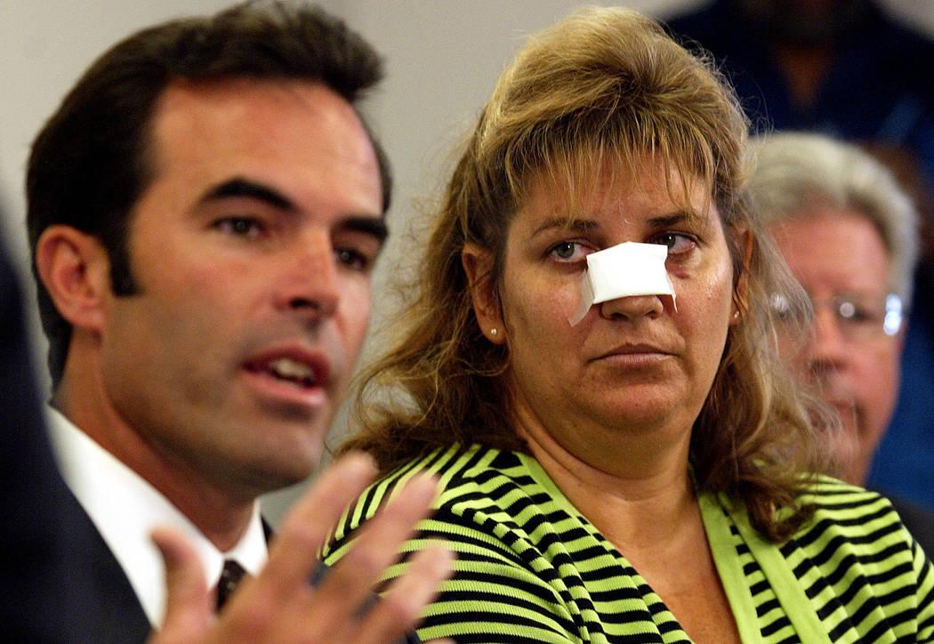 Jennifer Bueno, a la derecha, escucha mientras su marido Craig, un jefe del batallón de bomberos de Hayward, hace comentarios sobre lo que se dijo durante un incidente con fans de los Athletics d ...