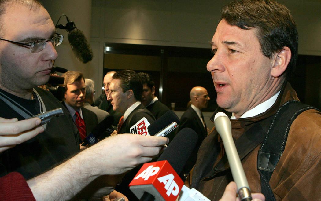 Mike Milbury, gerente general de los New York Islanders, habla durante una entrevista de prensa ante la junta de gobernadores de la NHL el martes 1 de marzo de 2005 en Nueva York. El gerente gener ...