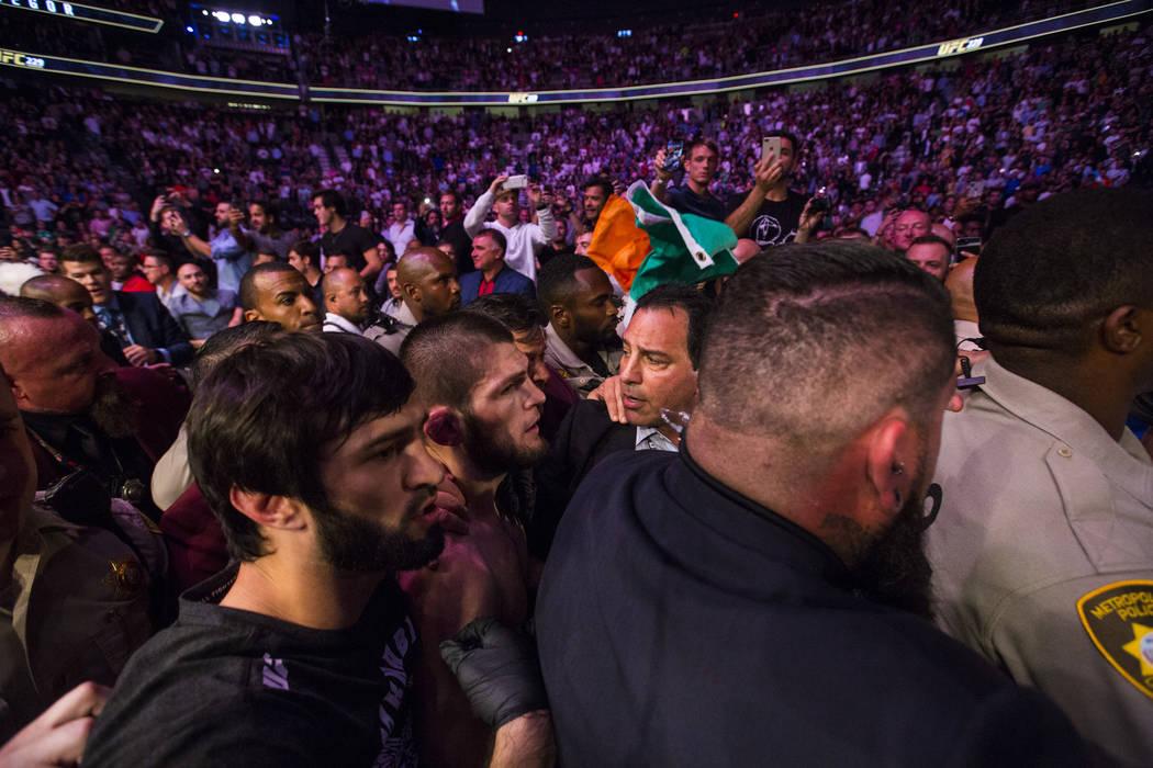 Khabib Nurmagomedov abandona el octágono luego de su victoria sobre Conor McGregor en su pelea por el título de peso ligero en el UFC 229 en T-Mobile Arena en Las Vegas el sábado 6 de octubre d ...