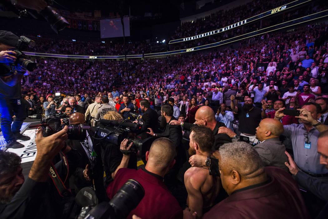 Conor McGregor deja el octágono después de su derrota ante Khabib Nurmagomedov en su combate por el título de peso ligero en el UFC 229 en T-Mobile Arena en Las Vegas el sábado 6 de octubre de ...