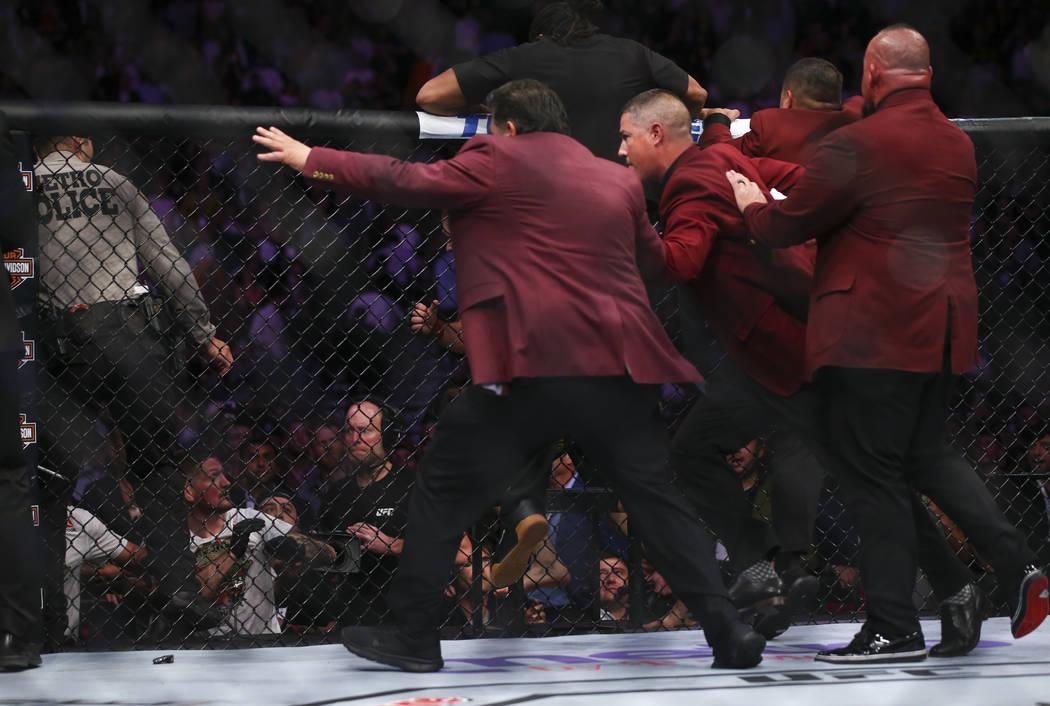 Los elementos de seguridad persiguieron a Khabib Nurmagomedov después de que saltó del octágono luego de su victoria sobre Conor McGregor en su pelea por el título en UFC 229 en T-Mobile Arena ...