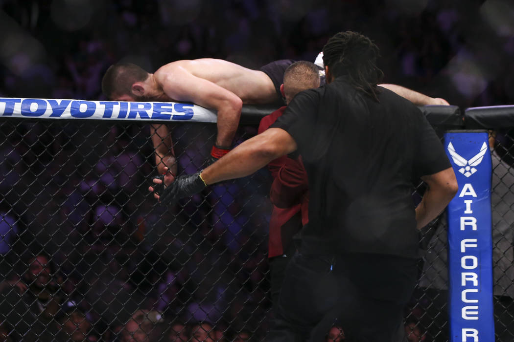 Khabib Nurmagomedov salta del octágono después de vencer al peleador en su lucha por el título de peso ligero de UFC 229 en T-Mobile Arena en Las Vegas el sábado 6 de octubre de 2018. Chase St ...