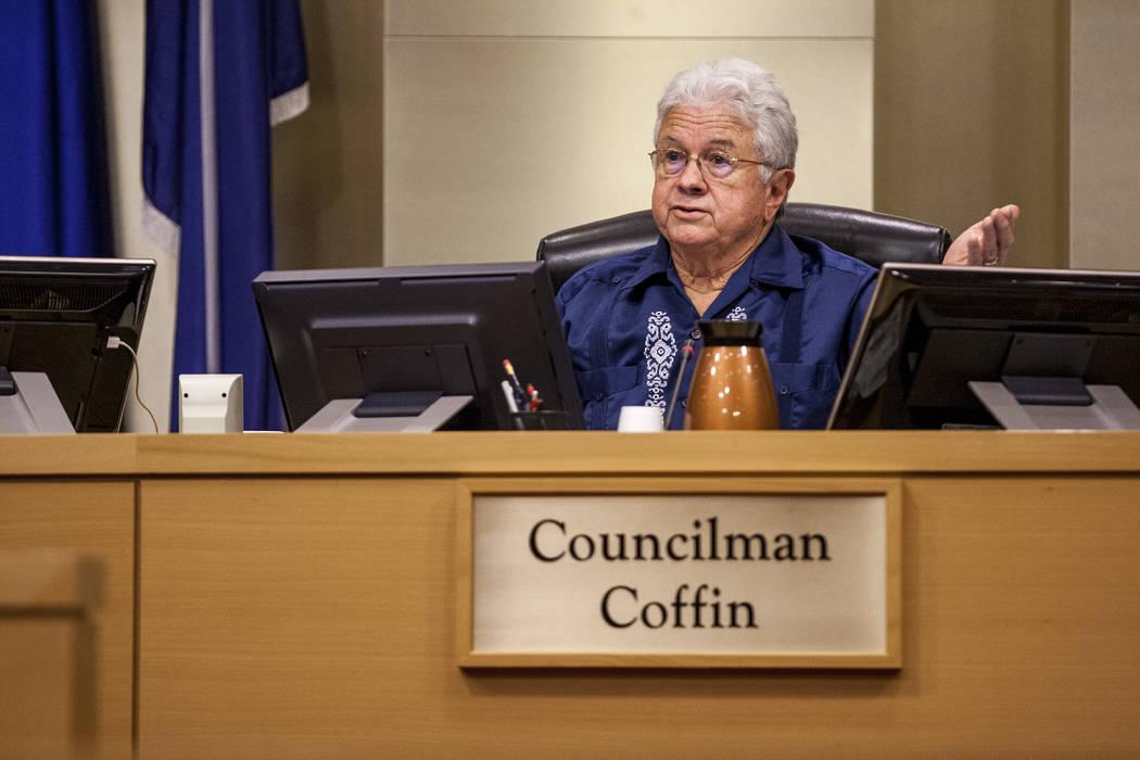 El concejal Bob Coffin expresa su preocupación por los posibles desarrolladores del campo de golf Badlands en una reunión del Ayuntamiento en el Ayuntamiento de Las Vegas el miércoles 2 de agos ...
