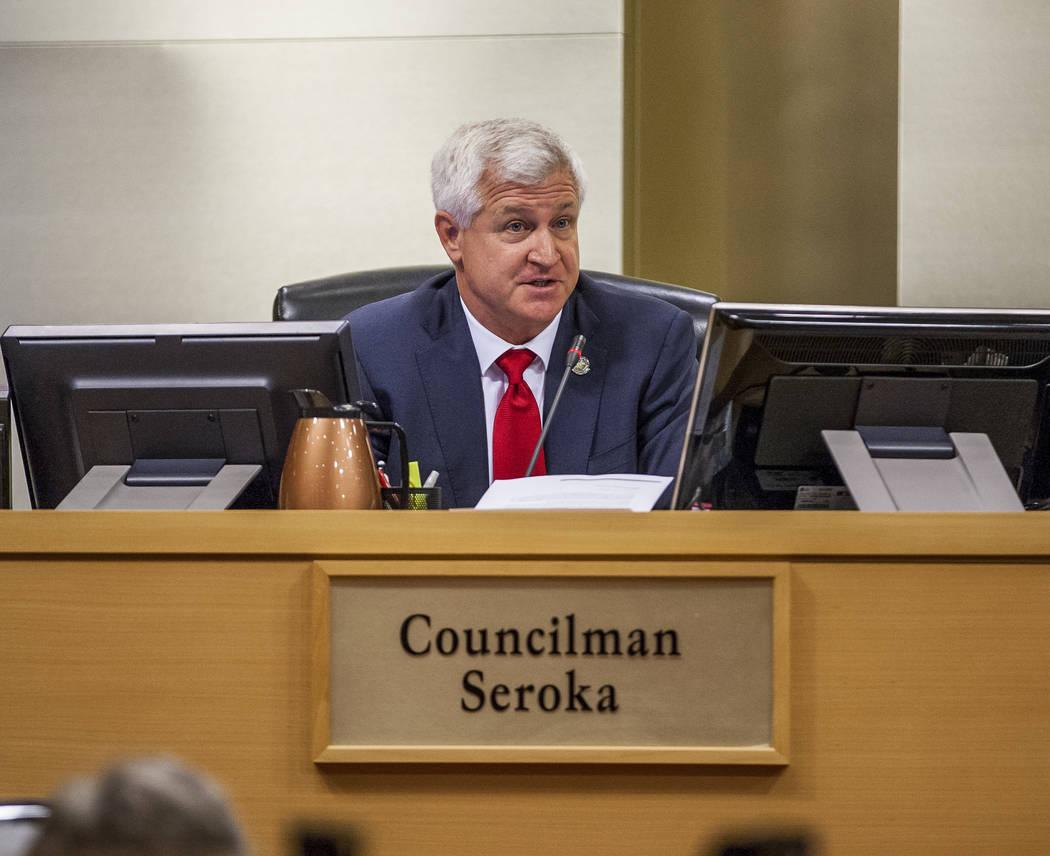 El concejal Steve Seroka expresa su preocupación sobre el desarrollo del campo de golf Badlands en una reunión del Consejo Municipal en el Ayuntamiento de Las Vegas el miércoles 2 de agosto de ...