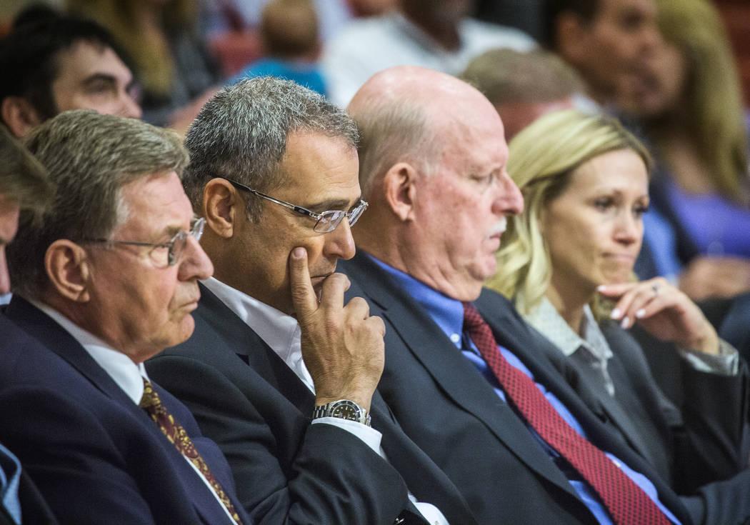 El desarrollador, Yohan Lowie, tercero de la derecha, CEO y fundador de EHB Companies, escucha durante la audiencia pública del Ayuntamiento de Las Vegas sobre el controvertido desarrollo a gran ...