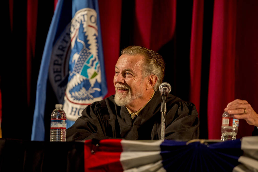 El Honorable James C. Mahan sonríe durante una ceremonia de naturalización en Cashman Field el jueves 22 de septiembre de 2016 en Las Vegas. (Elizabeth Page Brumley / Las Vegas Review-Journal) S ...