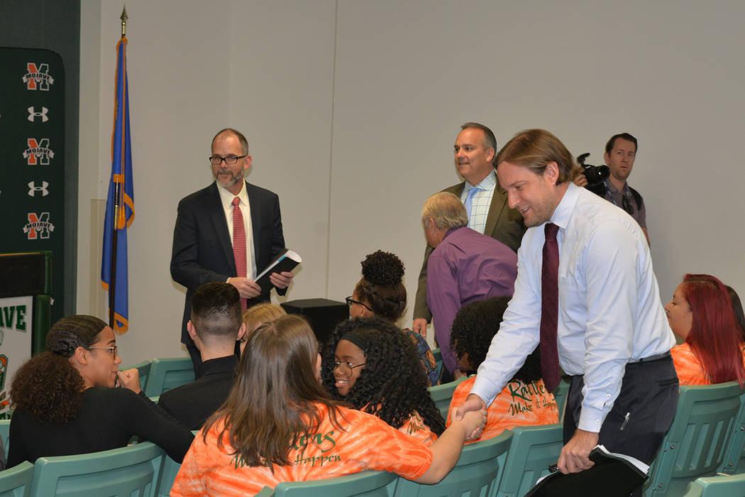 Jaimie Holly –de espaldas-, cursa su último año en Mojave High School y le manifestó al secretario de educación de Nuevo México, Christopher Ruszkowski que desea seguir sus estudios univers ...