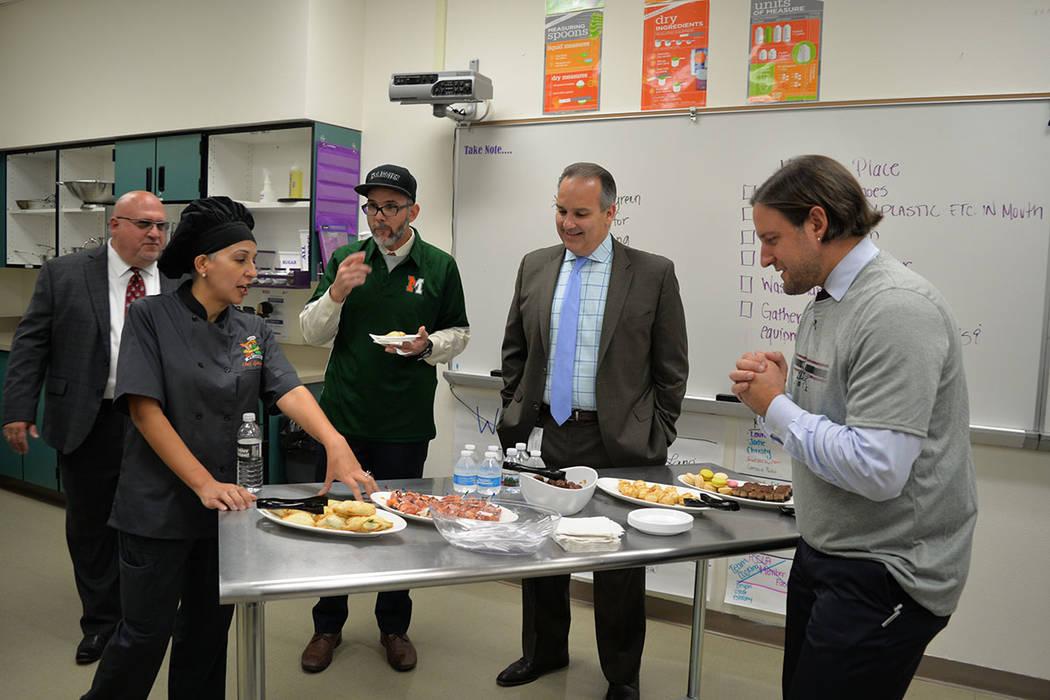 La Chef de artes culinarias de la escuela, Jenny González, explicó el menú que estaba dentro de la apuesta. Miércoles 10 de octubre de 2018 en la preparatoria Mojave. Foto Frank Alejandre / El ...