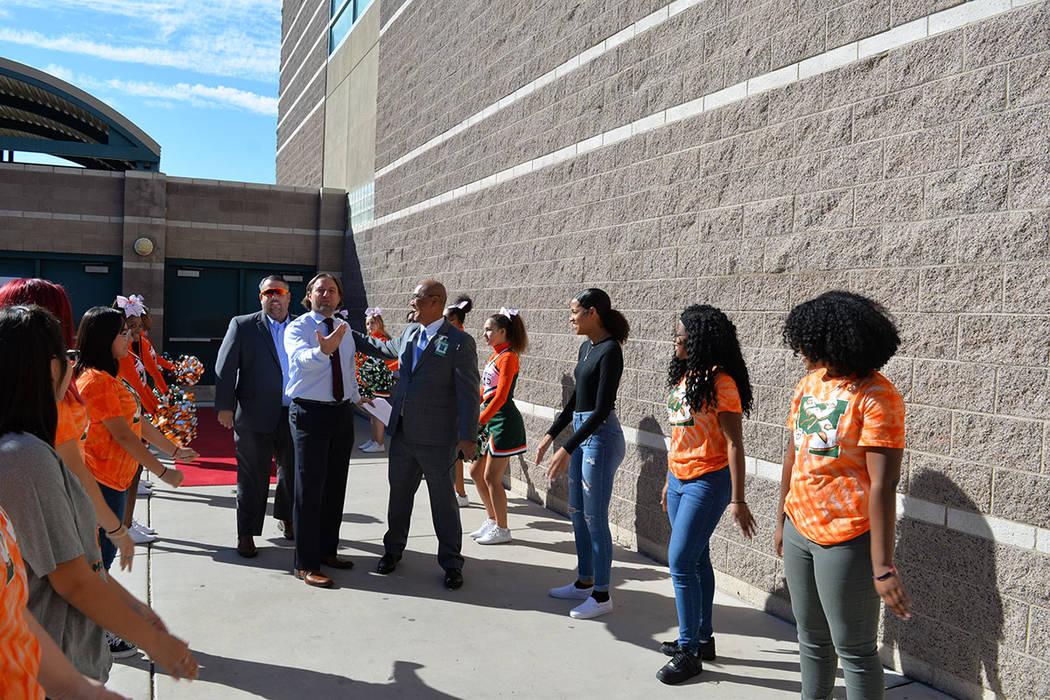 La comitiva fue recibida por las porristas de la escuela, en una alfombra roja. Miércoles 10 de octubre de 2018 en la preparatoria Mojave. Foto Frank Alejandre / El Tiempo.