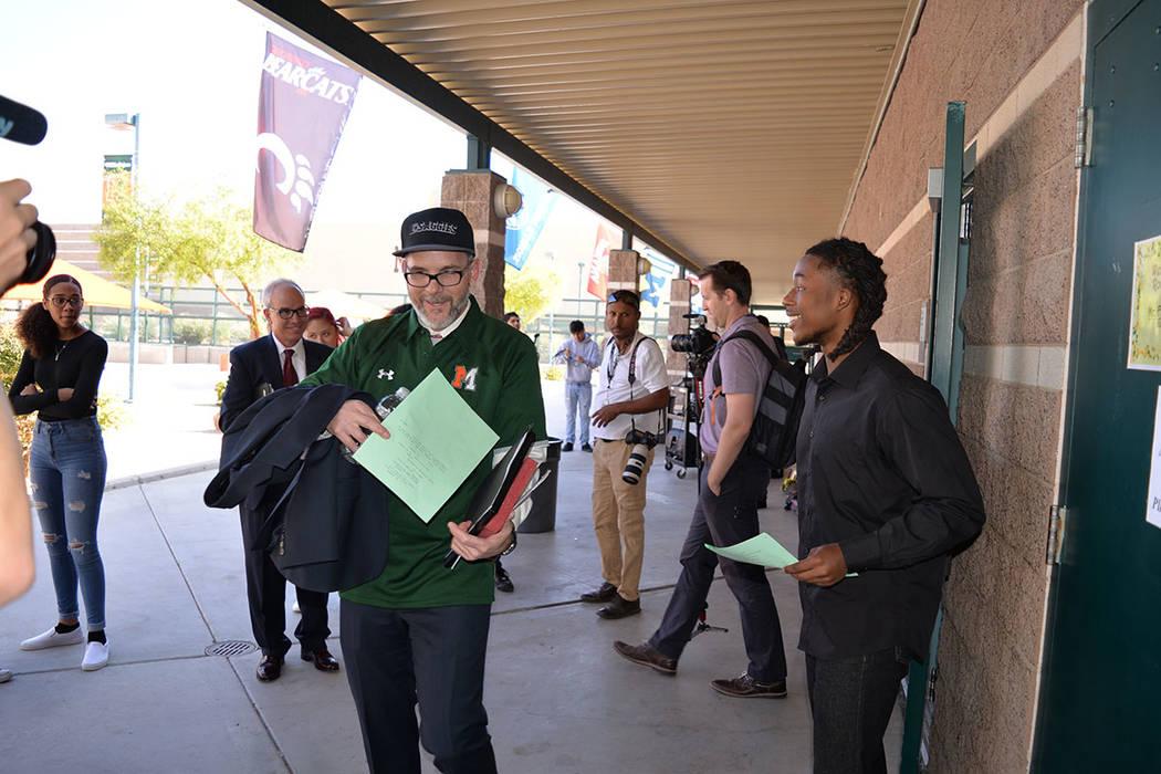 Tokembe Antonio, estudiante de medios audiovisuales en la escuela, le dio el guion al superintendente del estado, el Dr. Steve Canavero. Miércoles 10 de octubre de 2018 en la preparatoria Mojave. ...