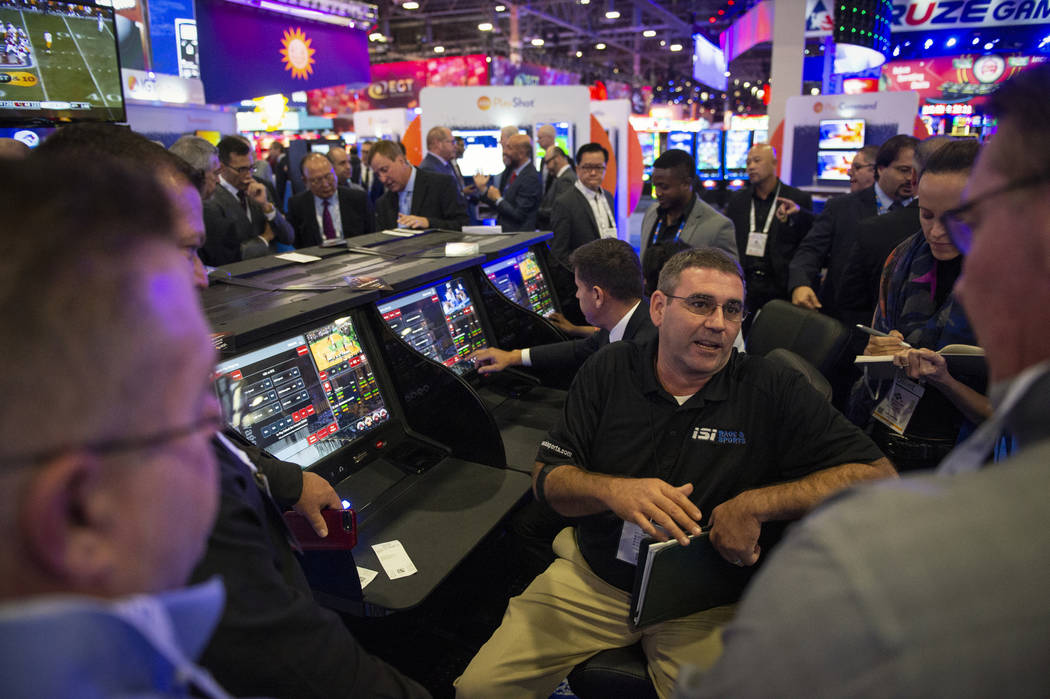 James Brooks, de IGT, explica a un grupo de asistentes el Sistema de Apuestas de Cristal IGT en la 18ª Exposición Global de Juegos en la Sands Expo and Convention Center en Las Vegas, el miérco ...