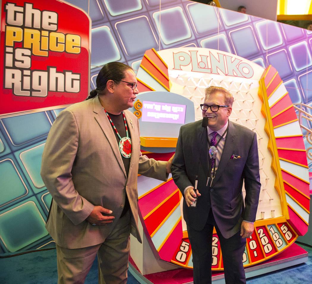 El ícono del entretenimiento y el famoso presentador de juegos Drew Carey juega Plinko con el presidente de la National Indian Gaming Association, Ernie Stevens Jr., en la 18ª Exposición Global ...