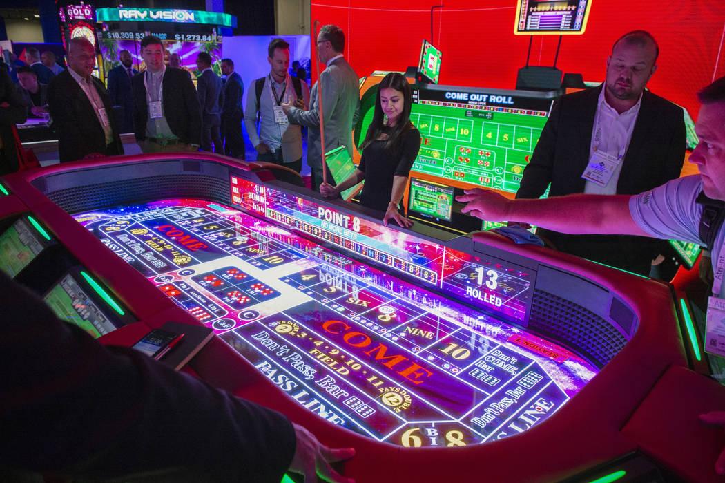 Aruze Gaming presenta su nueva mesa electrónica de craps en la décima edición de la Global Gaming Expo en Sands Expo and Convention Center en Las Vegas, el miércoles 10 de octubre de 2018. Car ...