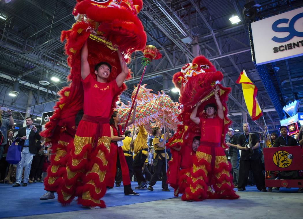 Miembros de la Escuela Lohan de Shaolin en China Town se presentan en el stand de Aristocrat para los asistentes a la 18ª Exposición Global de Juegos en la Exposición y Centro de Convenciones S ...