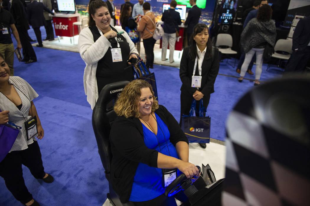 Jessica Murray interpreta a Lucky Karts en el stand de Synergy Blue en la décima octava edición de la Global Gaming Expo en Sands Expo and Convention Center en Las Vegas, el miércoles 10 de oct ...