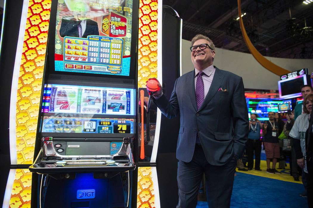 El ícono del entretenimiento y famoso presentador de juegos Drew Carey juega Plinko con el presidente de la National Indian Gaming Association, Ernie Stevens Jr., en la 18ª Exposición Global de ...