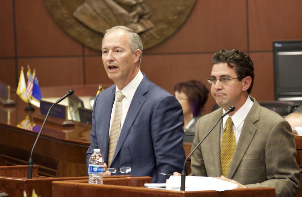 Steve Hill, presidente y director ejecutivo de la LVCVA, y Jeremy Agüero de Applied Analysis hablan ante el Senado del Estado en Carson City el martes 11 de octubre de 2016. (Heidi Fang / Las Veg ...
