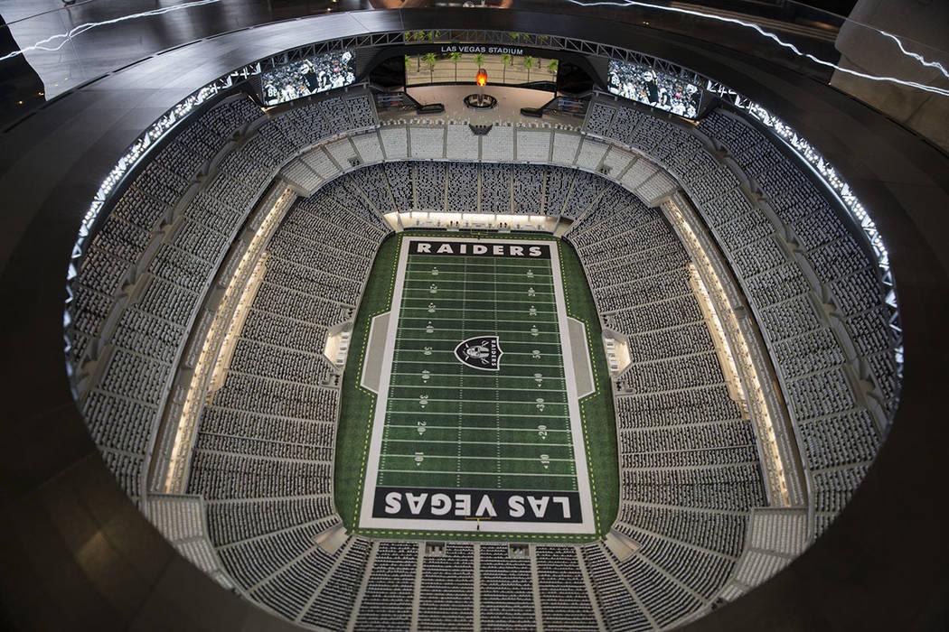 Un modelo de estadio de los Raiders en exhibición en el centro de vista previa del estadio de Las Vegas en Town Square, el viernes 23 de marzo de 2018. Erik Verduzco Las Vegas Review-Journal @Eri ...