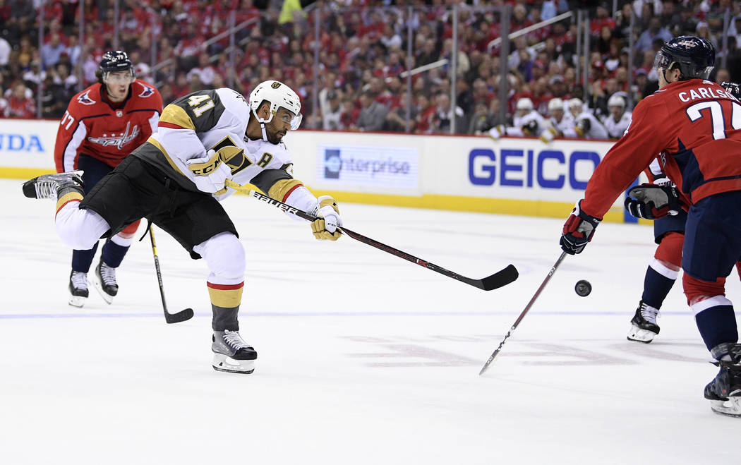 El ala izquierda de los Golden Knights de Las Vegas, Pierre-Edouard Bellemare (41), de Francia, dispara contra el defensa John Washington (74) de los Washington Capitals durante el primer período ...
