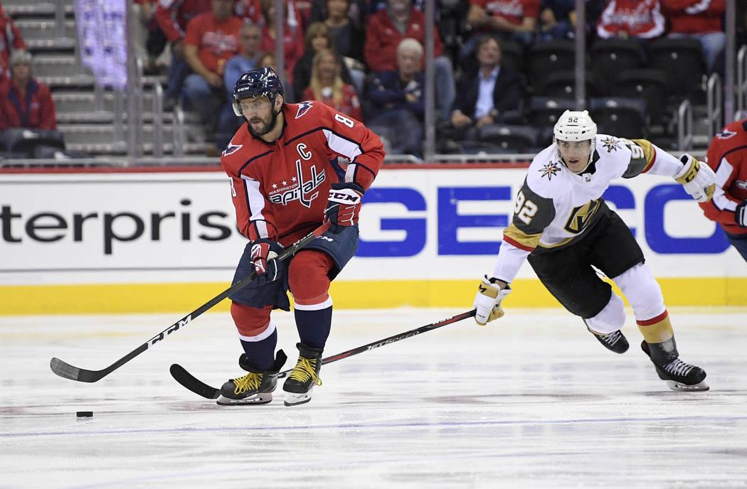 El ala izquierda de los Washington Capitals, Alex Ovechkin (8), de Rusia, patina con el puck contra el ala izquierda de los Golden Knights de Las Vegas, Tomas Nosek (92), durante el segundo perío ...