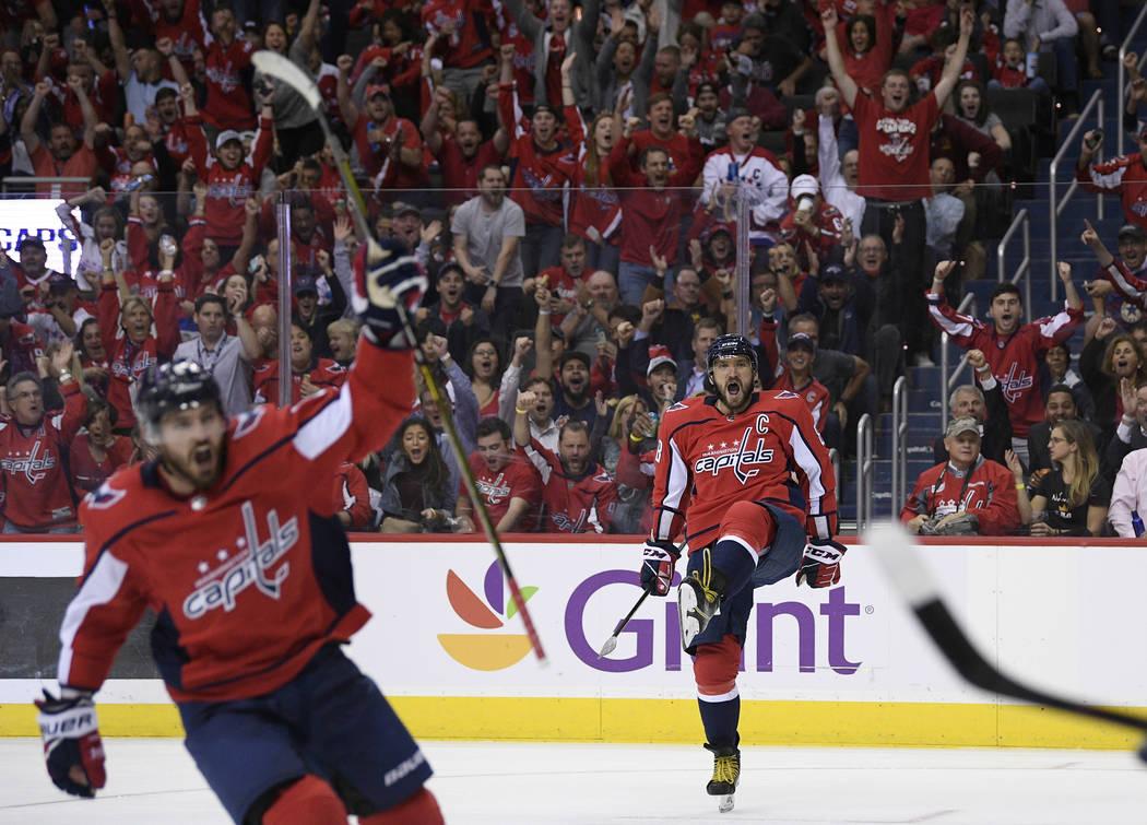 El ala izquierda de los Washington Capitals, Alex Ovechkin (8), de Rusia, celebra su gol durante el segundo período de un juego de hockey de la NHL contra los Golden Knights de Las Vegas, el mié ...