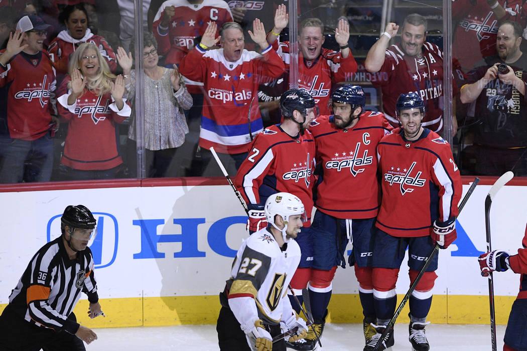 El alero izquierdo de los Washington Capitals, Alex Ovechkin, en el centro superior, de Rusia, celebra su gol con Matt Niskanen, arriba a la derecha, y Evgeny Kuznetsov, de Rusia, durante el terce ...