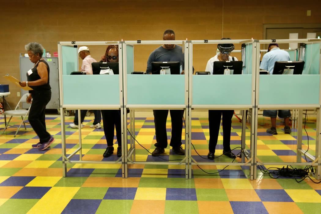 La gente votó el primer día de la votación anticipada para las elecciones primarias de Nevada en el Pearson Center en North Las Vegas, el sábado 26 de mayo de 2018. Chitose Suzuki Las Vegas Re ...