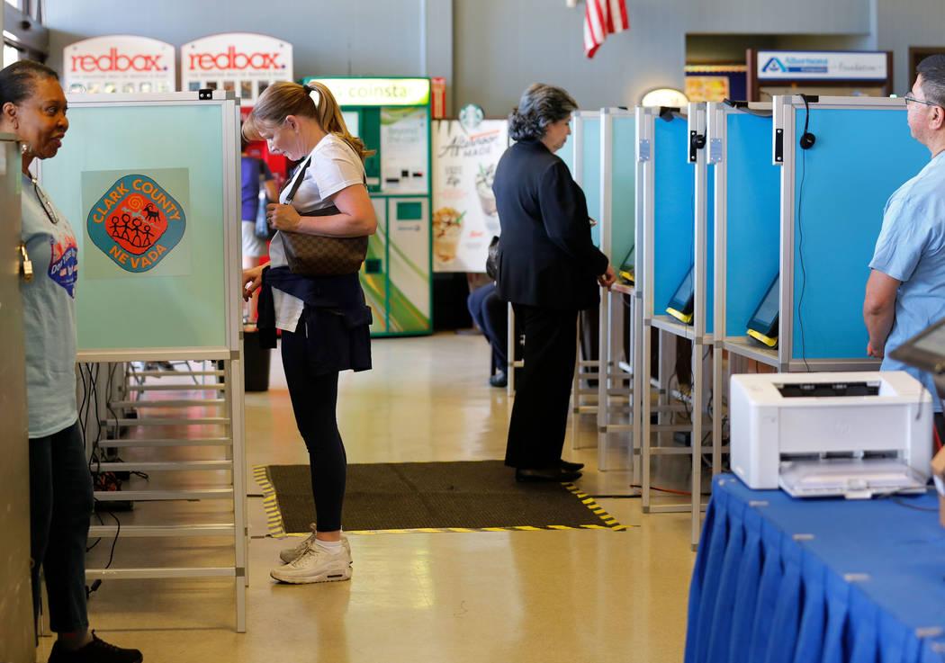 Las personas emitieron su voto el primer día de la votación anticipada para las elecciones primarias de Nevada en Albertsons en 10250 W. Charleston Blvd. en Las Vegas, sábado 26 de mayo de 2018 ...