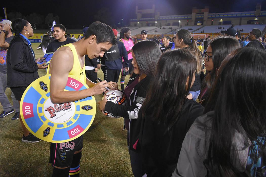 Jugadores de Las Vegas Lights FC celebran con la afición tras el triunfo de 5-2 ante Phoenix Rising FC. Miércoles 10 de octubre de 2018 en Cashman Field. Foto Anthony Avellaneda / El Tiempo.