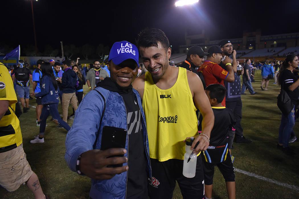 El jugador de Lights FC, Carlos Álvarez (7), posa para una 'selfie' con un aficionado después del triunfo de 5-2 ante Phoenix Rising FC. Miércoles 10 de octubre de 2018 en Cashman Field. Foto A ...