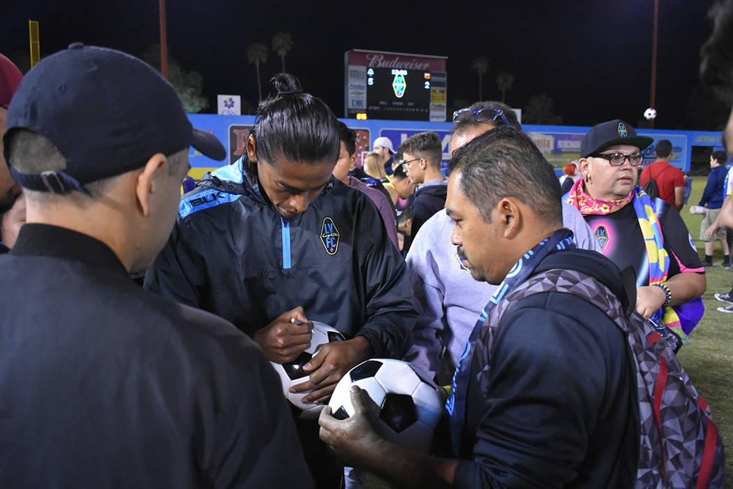 Joel Huiqui (3) dio autógrafos a los aficionados. Miércoles 10 de octubre de 2018 en Cashman Field. Foto Anthony Avellaneda / El Tiempo.