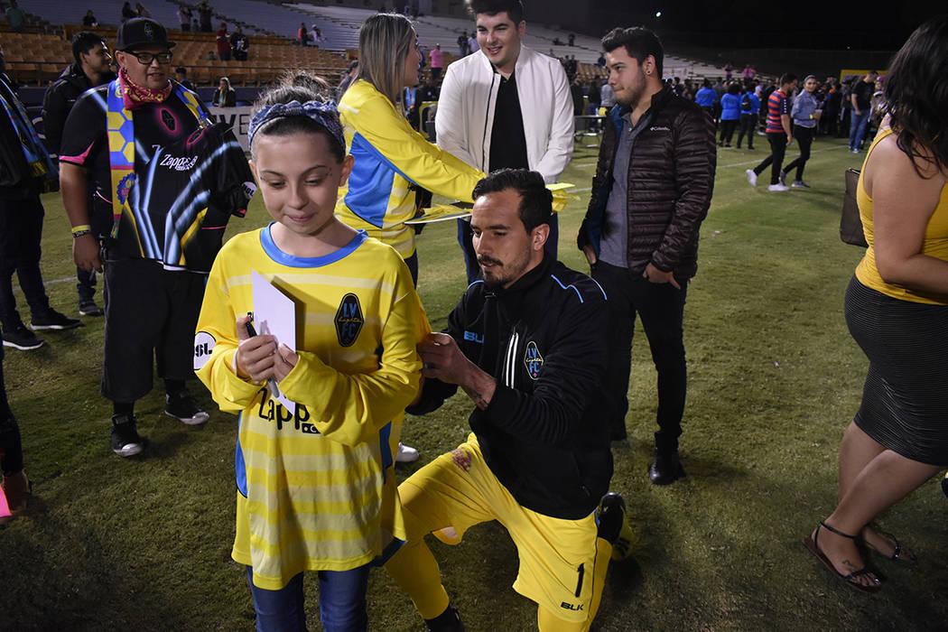 El portero Ricardo Ferriño (1) firma el jersey de una de sus pequeñas seguidoras. Miércoles 10 de octubre de 2018 en Cashman Field. Foto Anthony Avellaneda / El Tiempo.