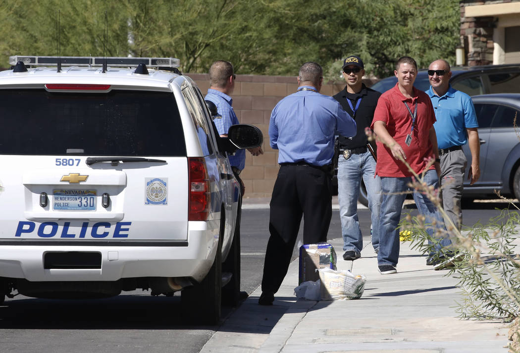 La policía de Henderson investiga un tiroteo involucrando un oficial en la cuadra 1500 de Point Vista Avenue, cerca de Patrick Lane y Whitney Ranch Drive, el jueves 13 de septiembre de 2018, en H ...