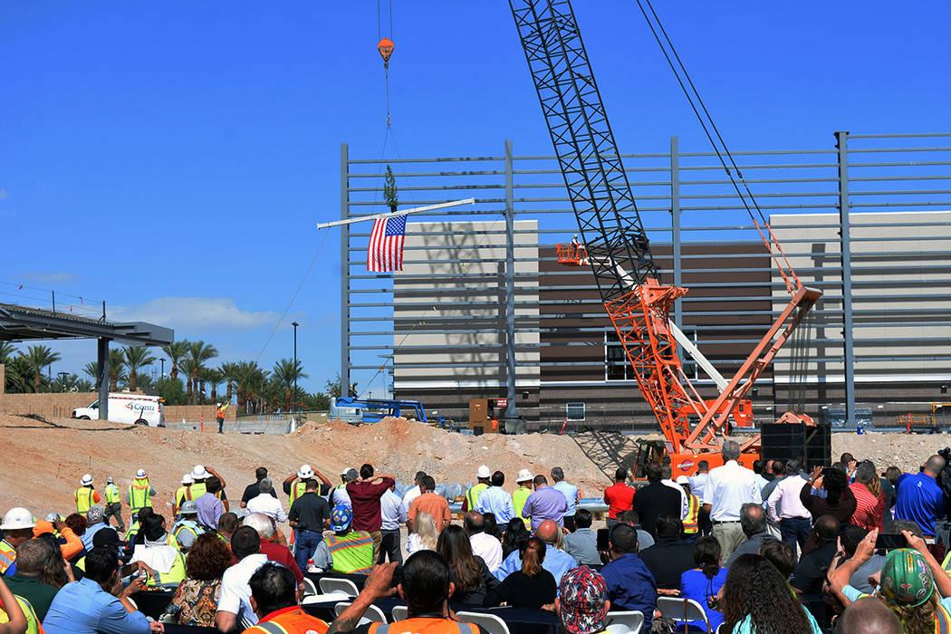 """En la ceremonia """"Topping-Out"""" se agradeció a los trabajadores por su trabajo. Se colocó una viga en la parte superior de unas columnas de acero. Jueves 11 de octubre de 2018, en la obra negr ..."""