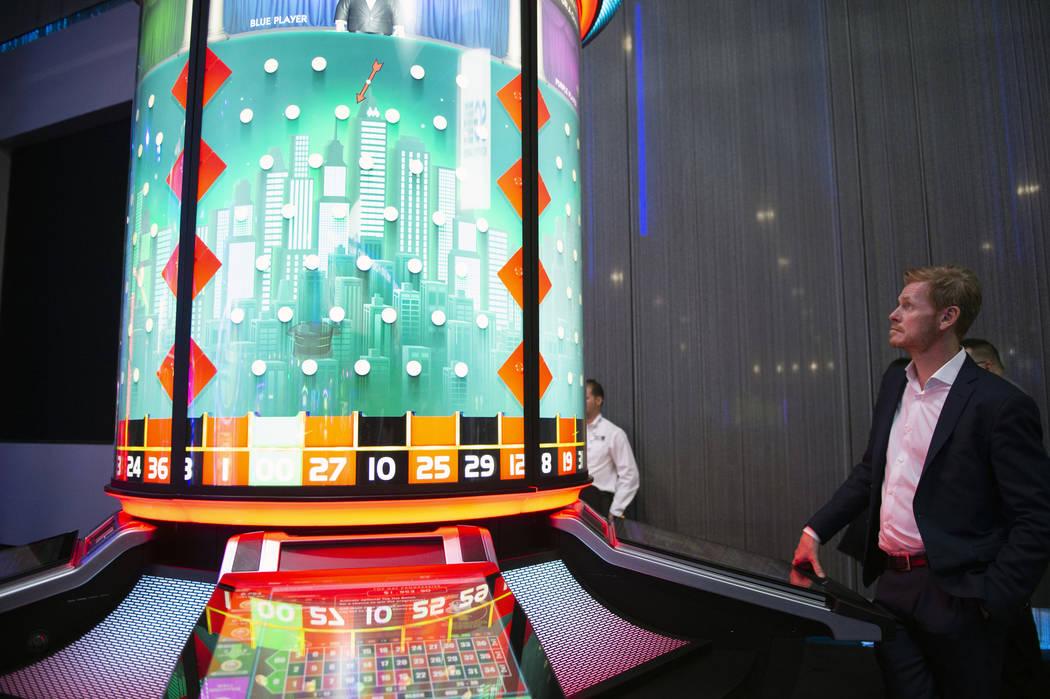 Scientific Games presenta su MONOPOLY Top Hat Roulette, que presenta una construcción circular, creando una experiencia más social para los juegos en la 18º edición anual de Global Gaming Expo ...