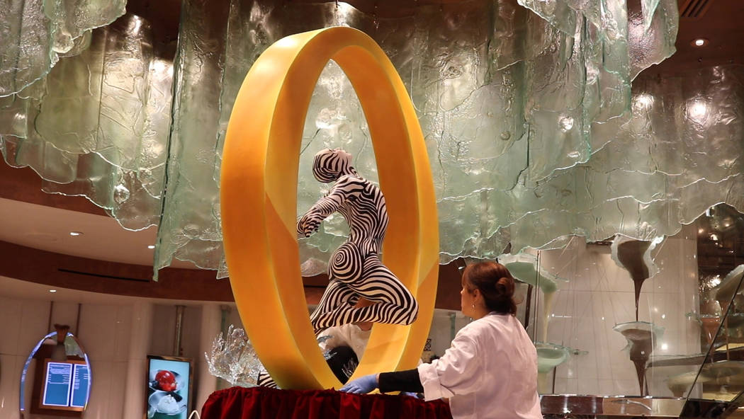 """Los chefs de pastelería y asistentes ejecutivos de Bellagio Patisserie, Yamilet Hillers y Jerome Jacob trabajaron durante cuatro semanas para completar la escultura de chocolate """"O"""". (Janna Karel ..."""