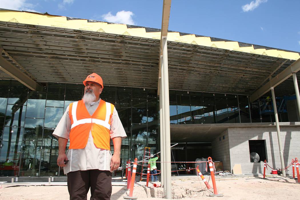 Salvador Ávila posa a principios de octubre del 2018 frente a lo que será el acceso principal a la East Las Vegas Library, que él dirigirá. Foto Valdemar González / El Tiempo - Contribuidor.