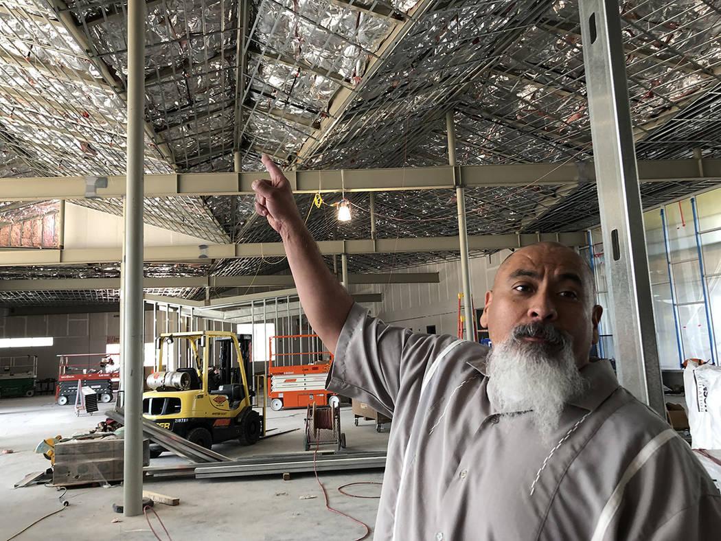 Al interior de lo que será la nueva biblioteca, Salvador Ávila señala el diseño del techado, 1 octubre 2018. Foto Valdemar González / El Tiempo - Contribuidor.