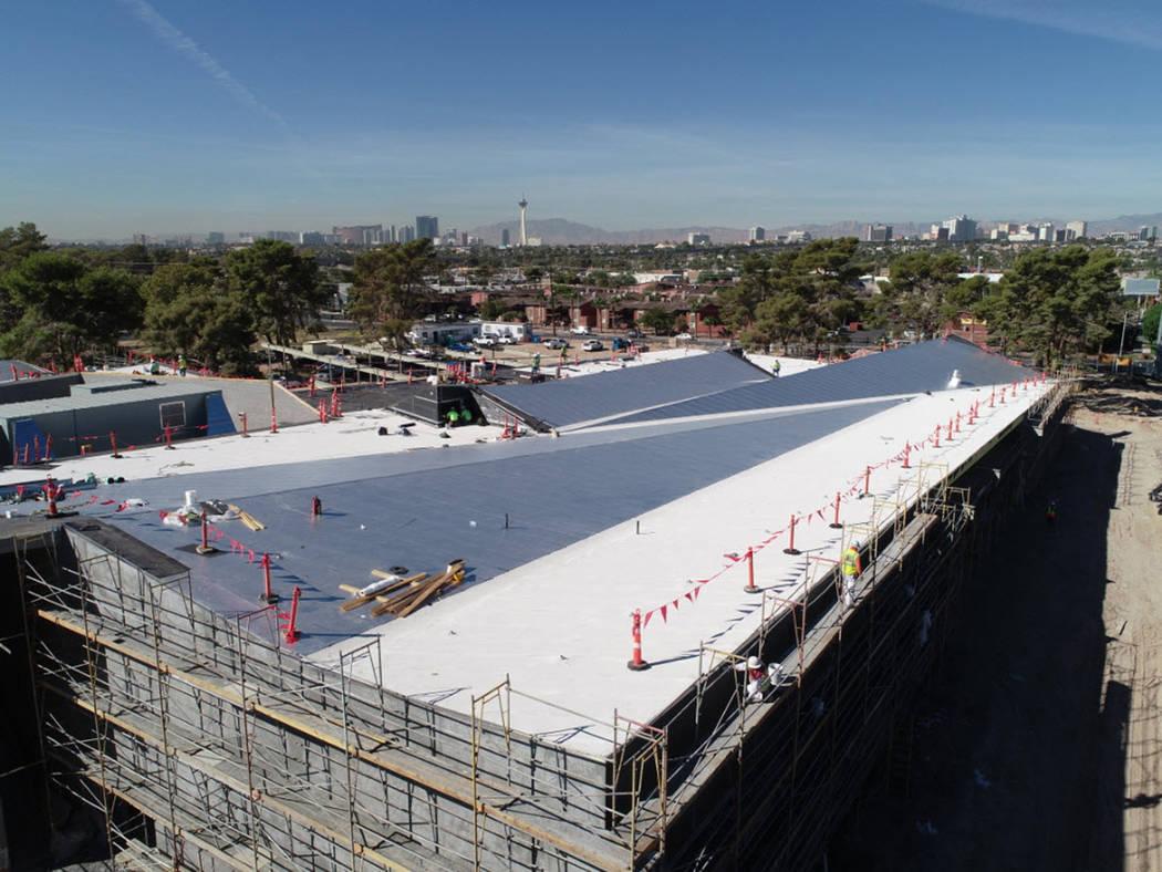 Vista aérea de la Biblioteca de East Las Vegas en construcción, donde se observa el techado de aluminio. Foto cortesía LVCCLD.