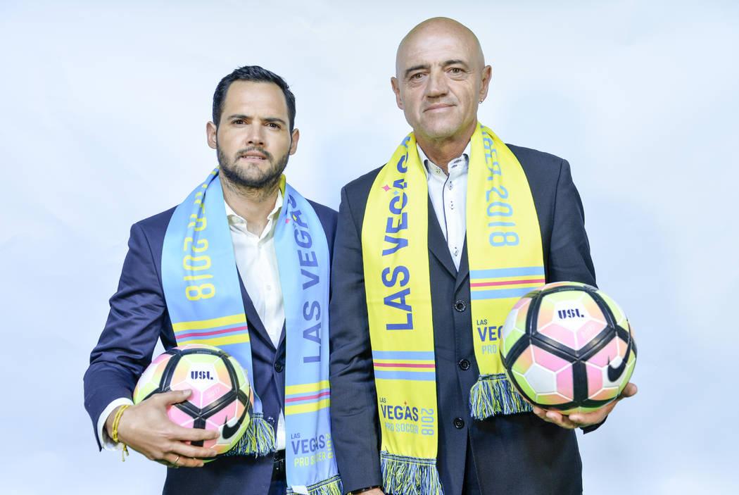 El entrenador de Las Vegas Lights FC, José Luis Sánchez Solá (derecha) y su hijo Isidro Sánchez (izquierda), que trabajarán en el personal. (Idris Erba / Las Vegas Lights FC)